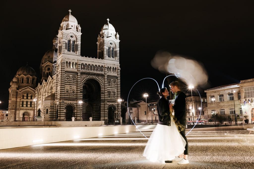 Couple de mariés devant la major à Marseille