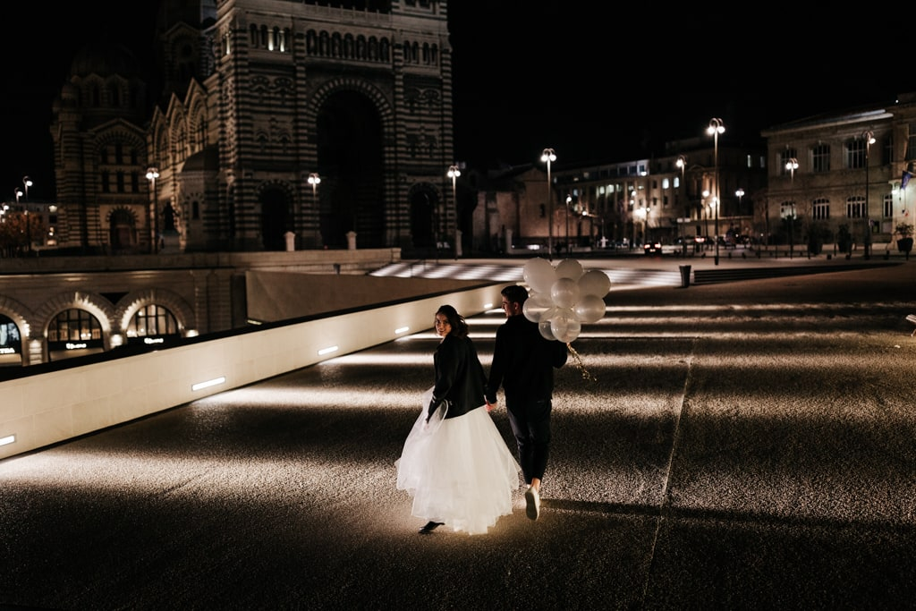 Couple heureux et modernes à Marseille