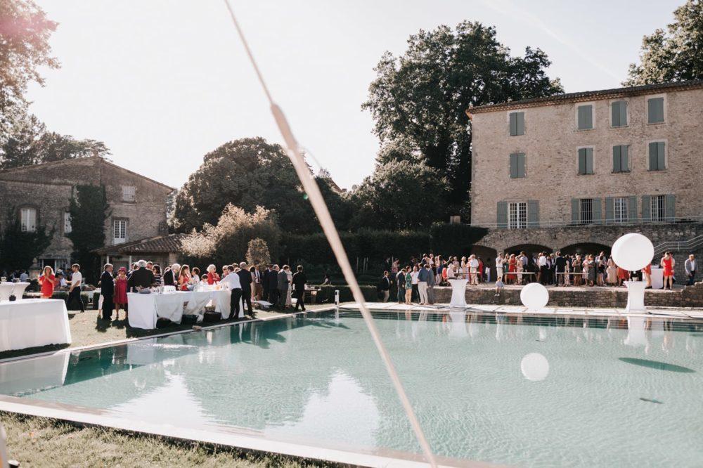 Cocktail de mariage autour de la piscine au chateau du Griffon-Delphine Closse