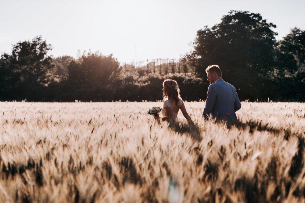 séance photo de couple dans les blé au coucher du soleil au chateau du Griffon-Delphine Closse