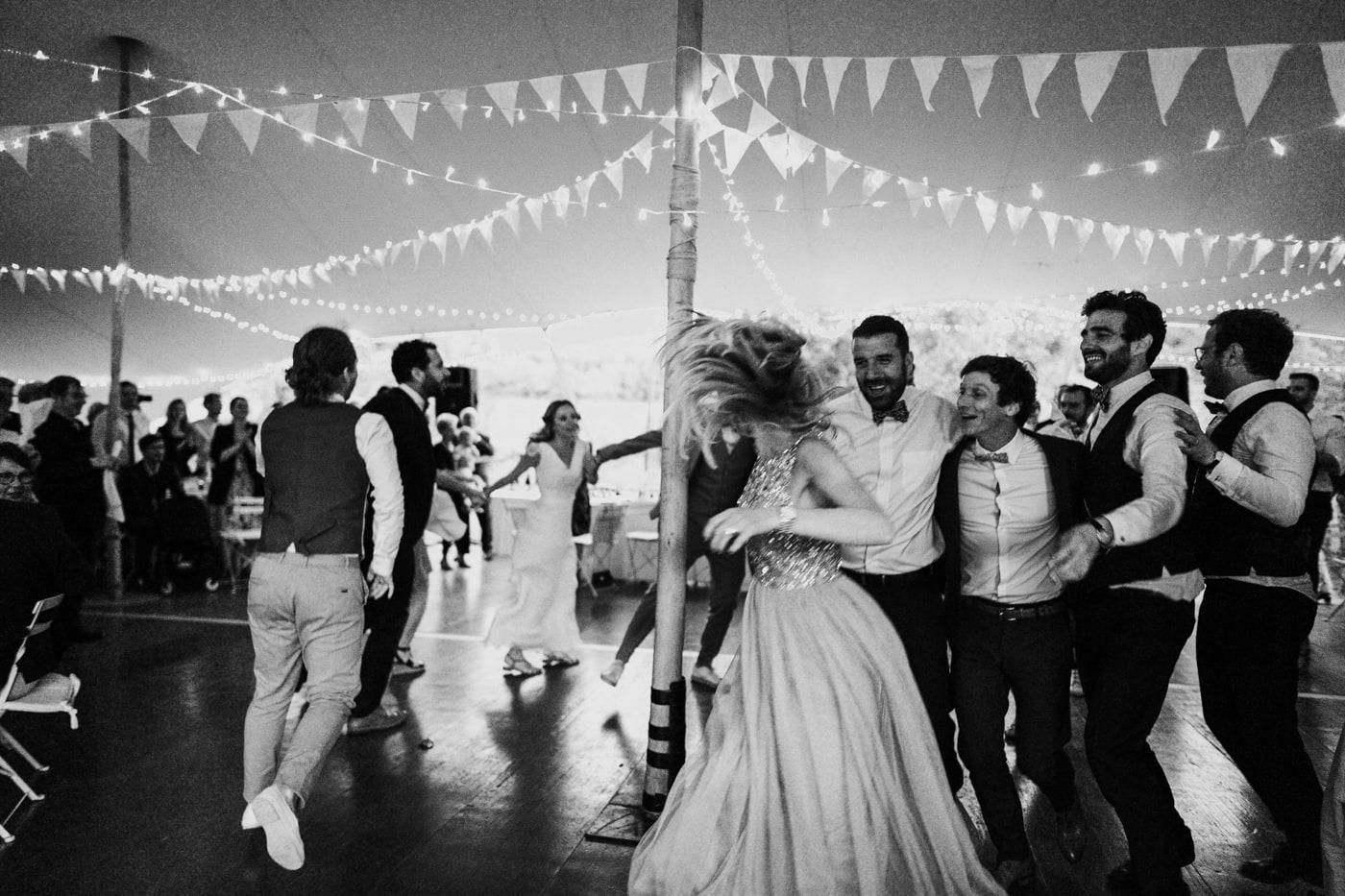 Soirée dansante de mariage sous le chapiteau au chateau du Griffon-Delphine Closse