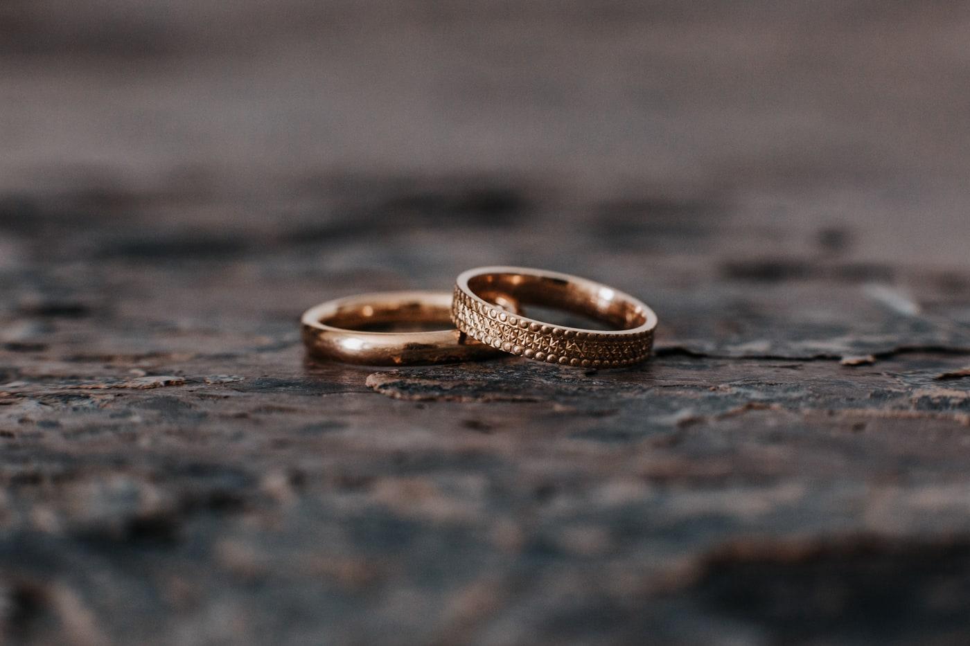 Alliances signées Or du monde-mariage au chateau du Griffon-Delphine Closse