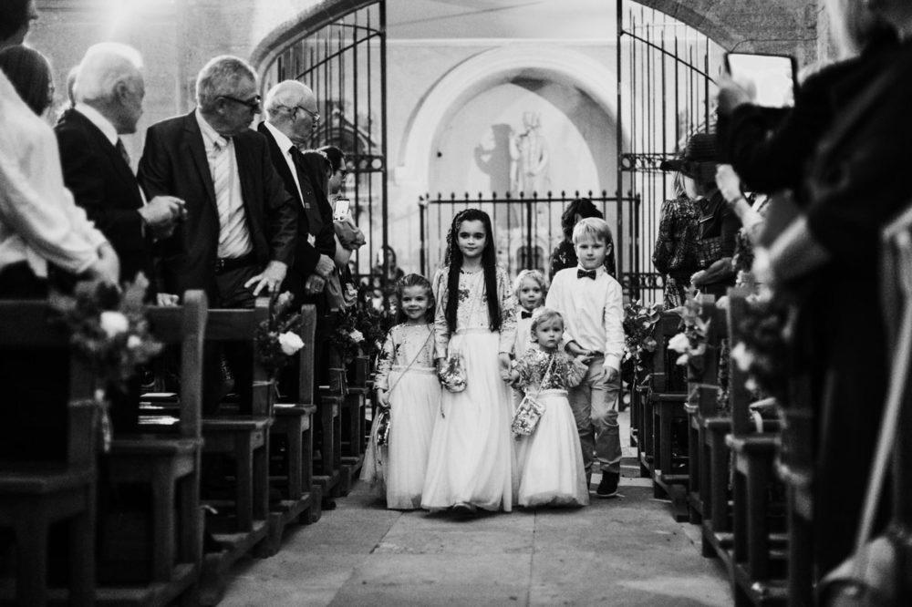 cérémonie religieuse -enfants d'honneur-Mariage au château Latour Vaucros-Delphine Closse