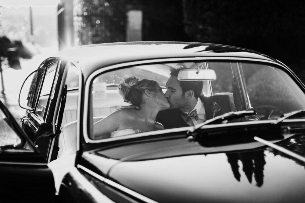 Séance photo avec voiture vintage-Mariage au château Latour Vaucros-Delphine Closse