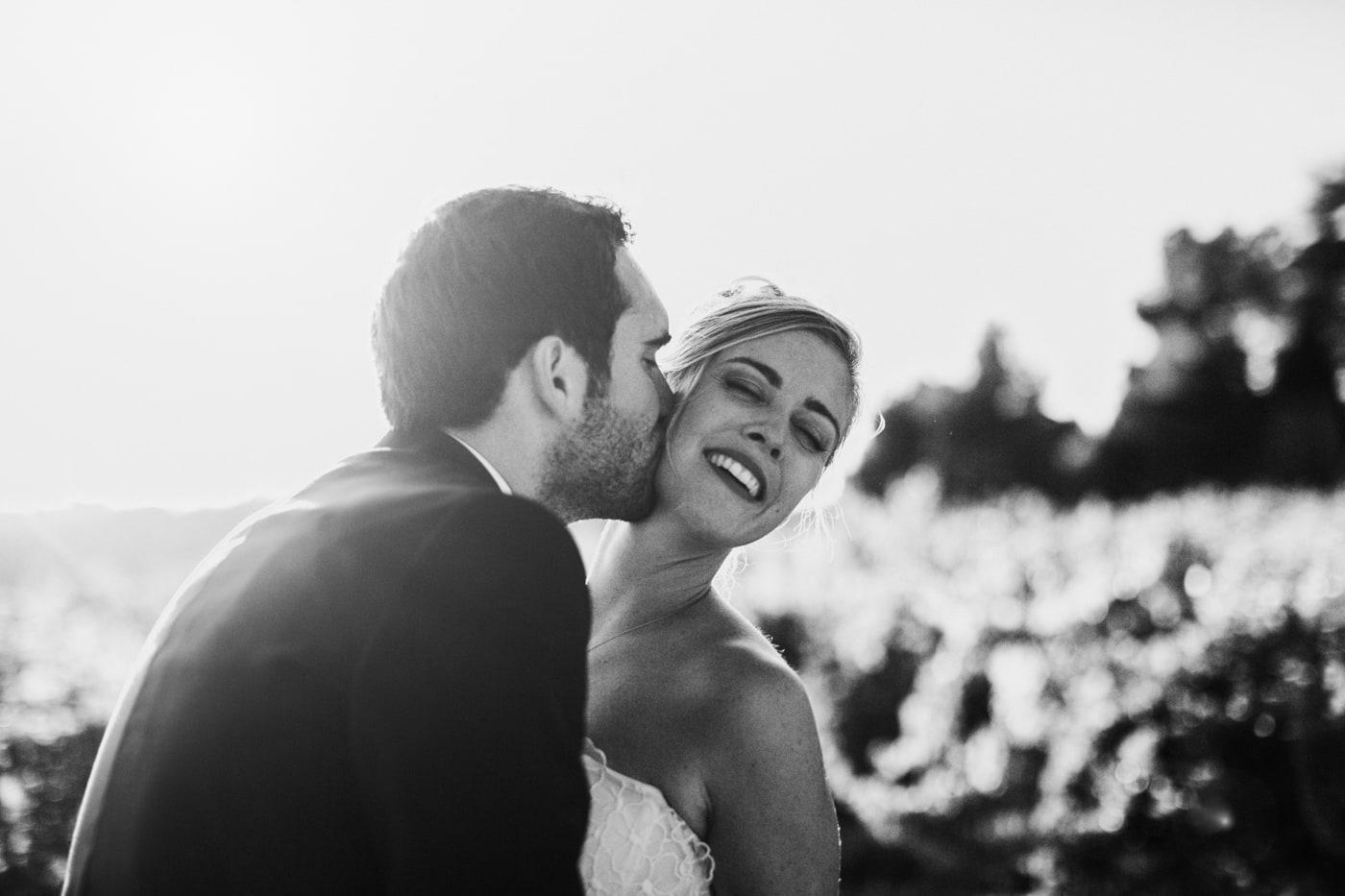 baiser du marié-Mariage au château Latour Vaucros-Delphine Closse