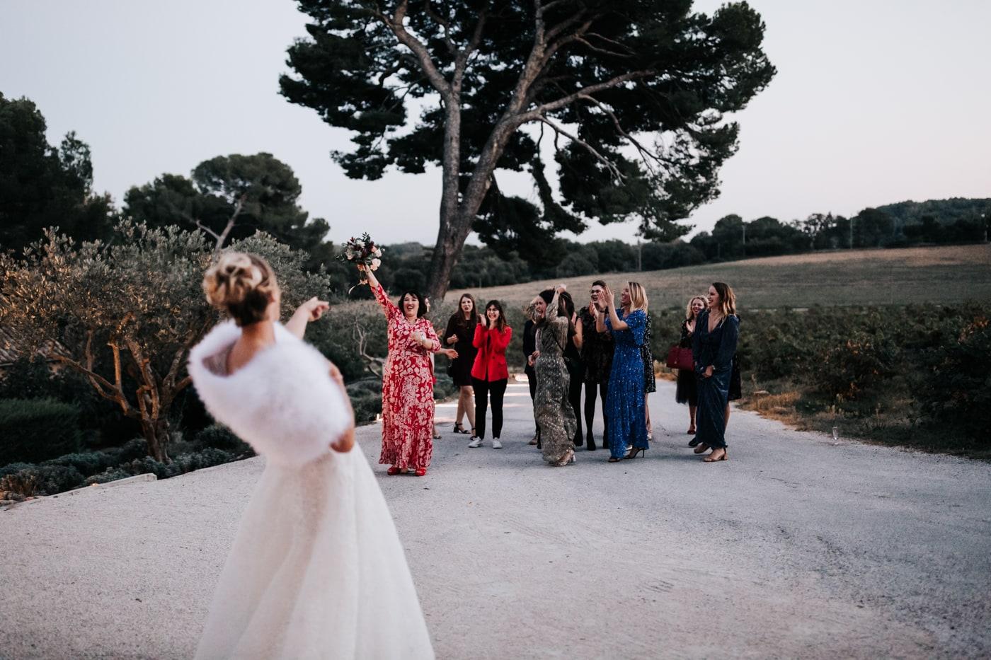 lancé du bouquet-Mariage au château Latour Vaucros-Delphine Closse