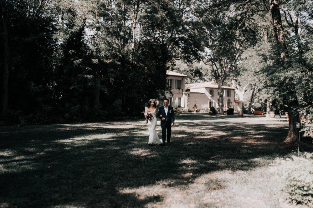 Arrivée mariée-cérémonie laique-Mariage bohème au domaine du taleur-Avignon-Delphine Closse