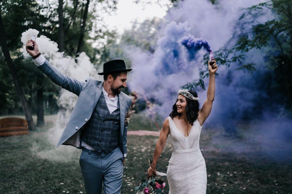 Couple-Fumigène-Mariage bohème au domaine du taleur-Avignon-Delphine Closse