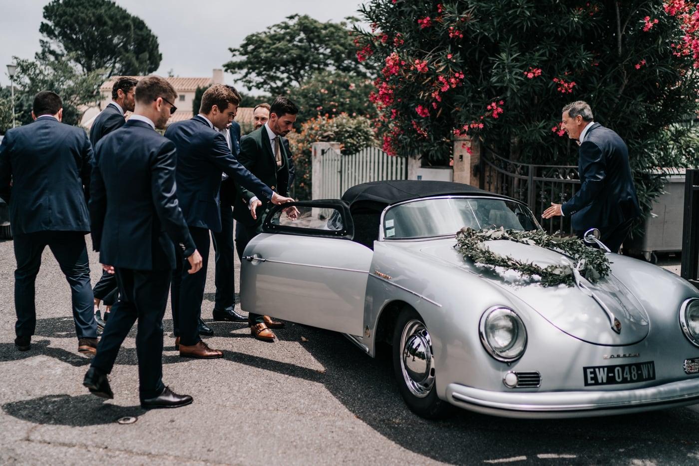 marié et garçons d'honneur avec voiture Porsche-Mariage chic et moderne sur l'ile de Barthelasse-Delphine Closse