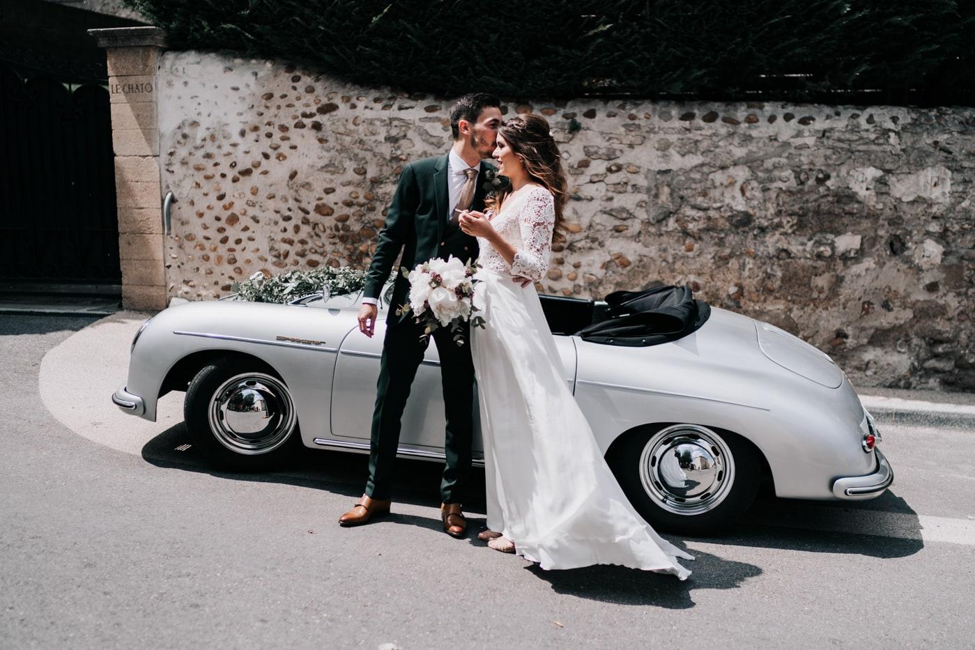 Mariés et voiture Porsche-Mariage chic et moderne sur l'ile de Barthelasse-Delphine Closse