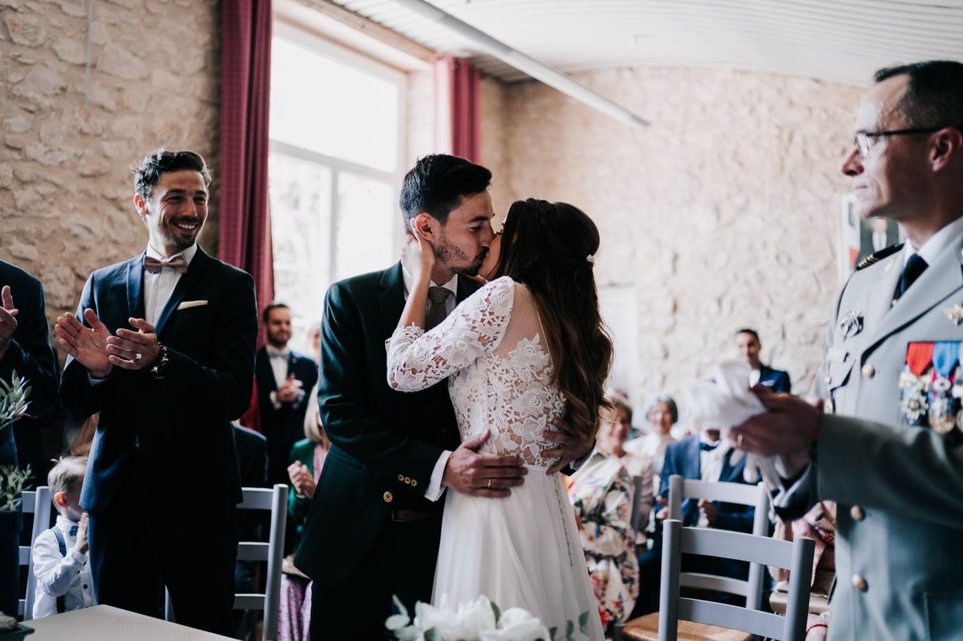 Baiser de mariés à Jonquerette-Mariage chic et moderne sur l'ile de Barthelasse-Delphine Closse