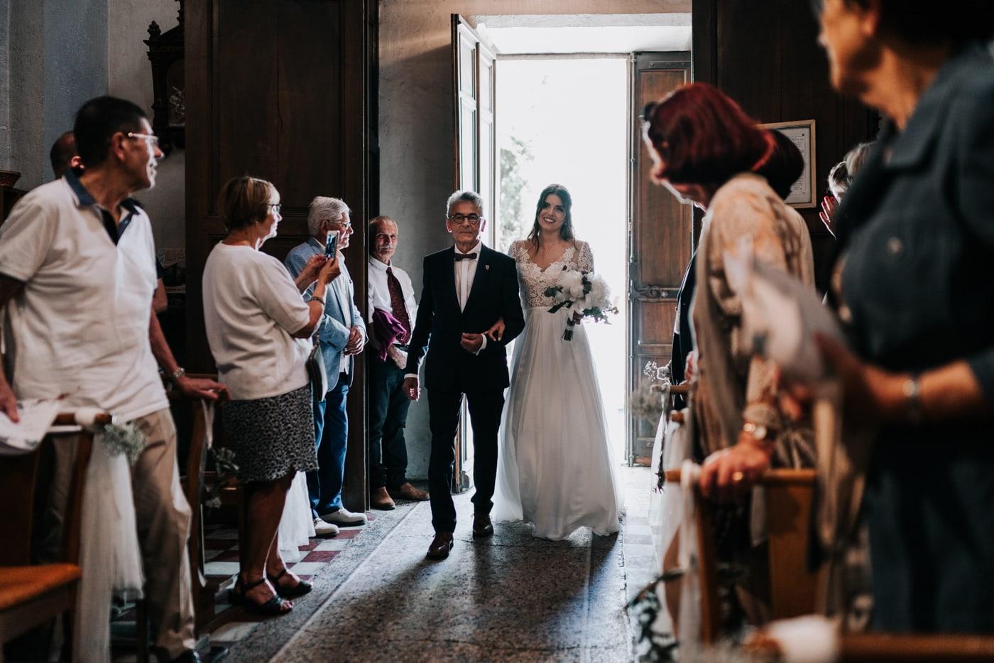 Entrée à L'église de jonquerette-Mariage chic et moderne sur l'ile de Barthelasse-Delphine Closse