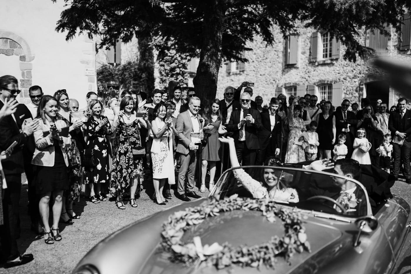 sortie des mariés en Porsche-Mariage chic et moderne sur l'ile de Barthelasse-Delphine Closse