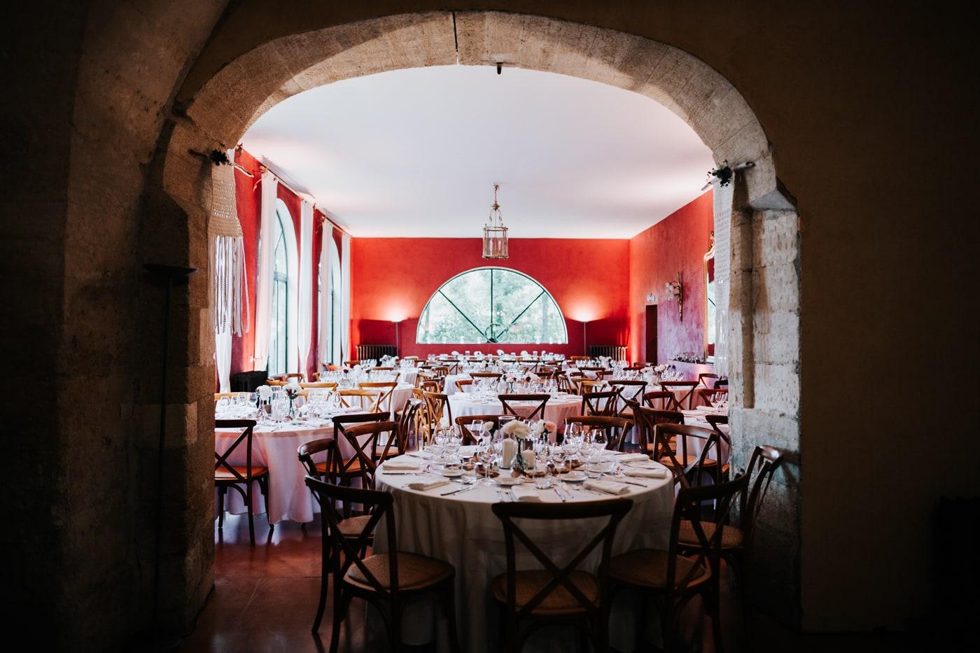 Salle rouge de repas-Mariage Sophie&Paul-Domaine du Taleur-Delphine Closse