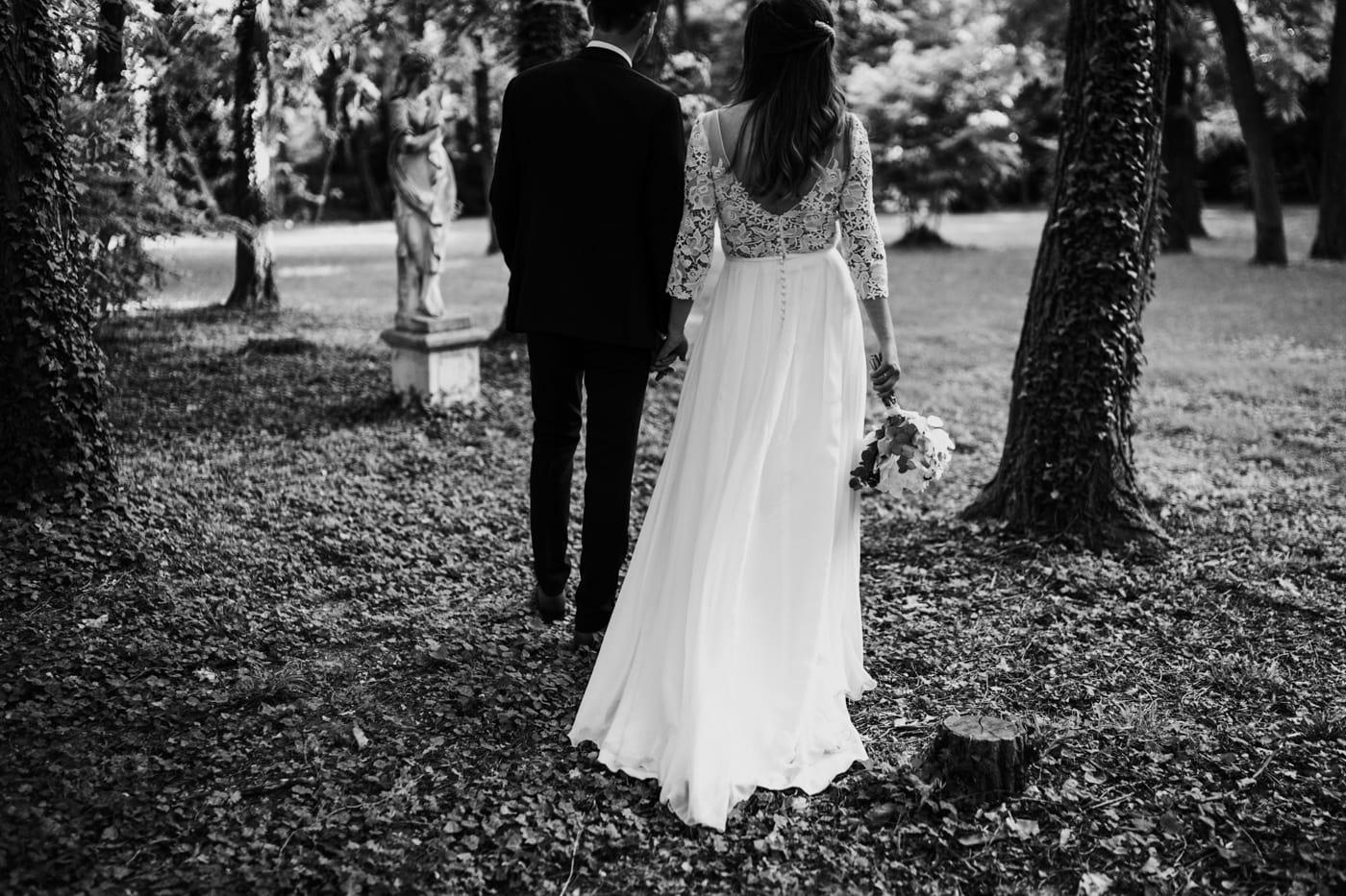 Photo de couple de dos-Mariage Sophie&Paul-Domaine du Taleur-Delphine Closse