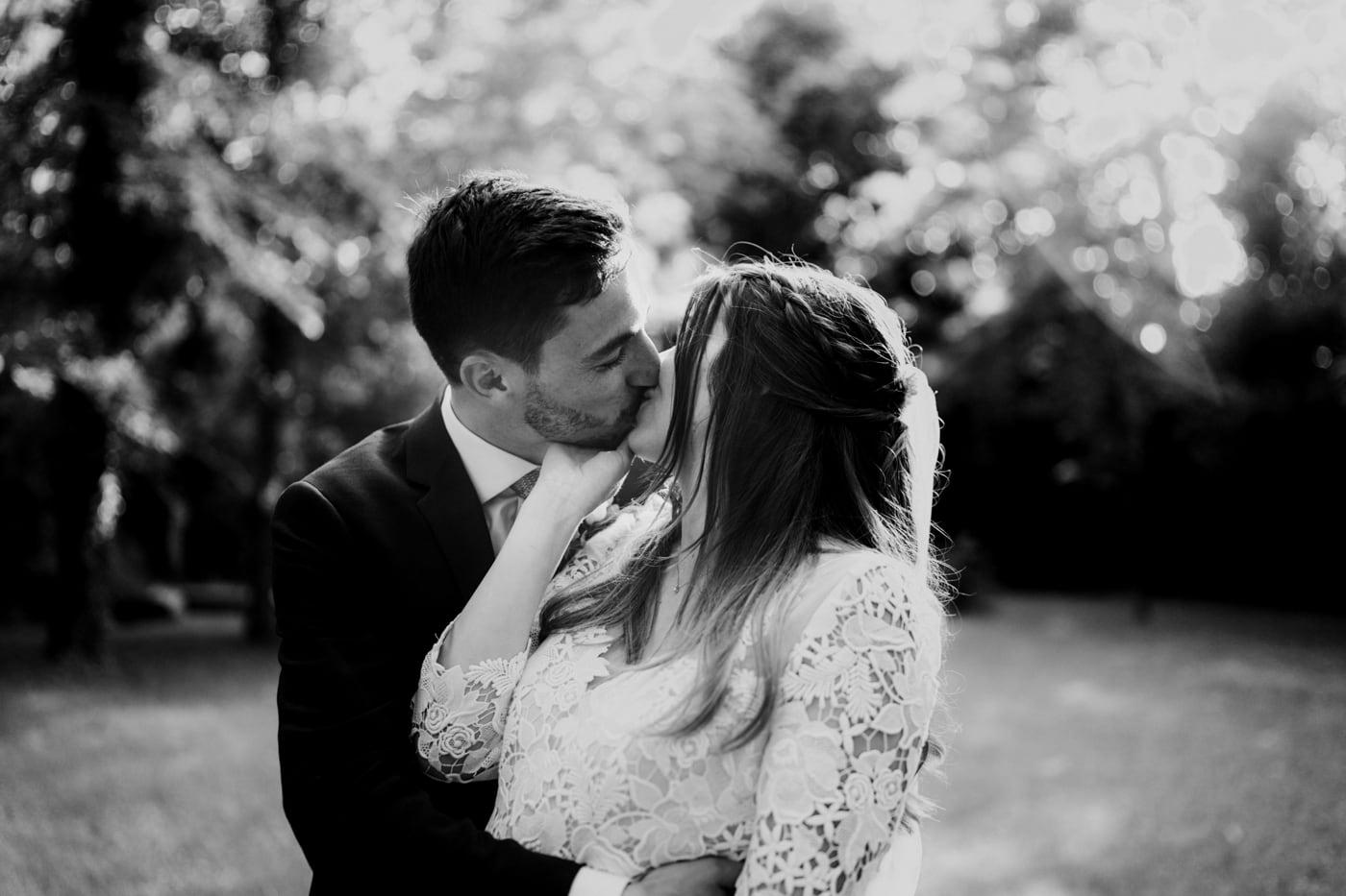 Baiser de mariés-Mariage Sophie&Paul-Domaine du Taleur-Delphine Closse